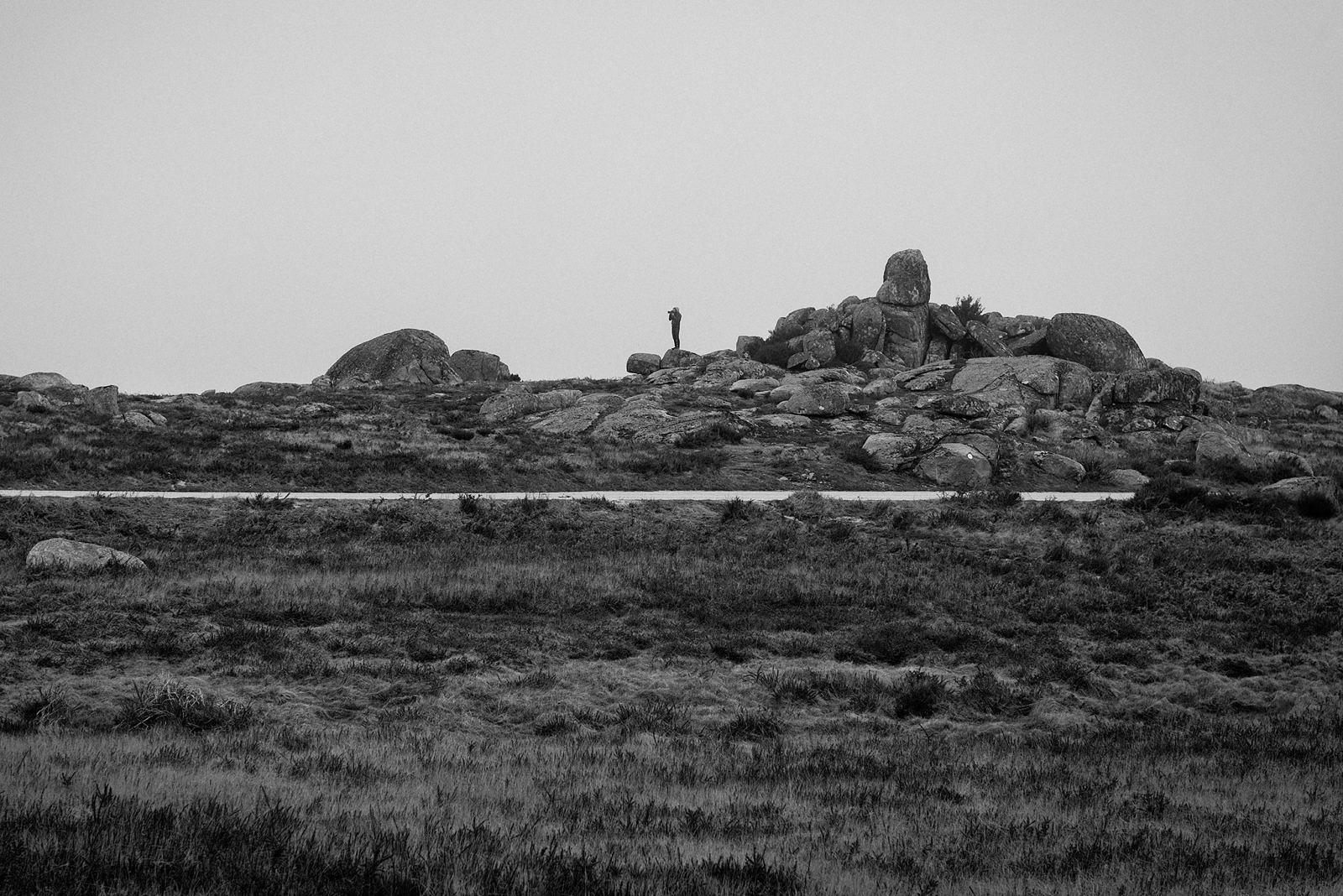 Nelson d'Aires na paisagem da serra de Montemuro. Fotografia de Nuno Couto Soares